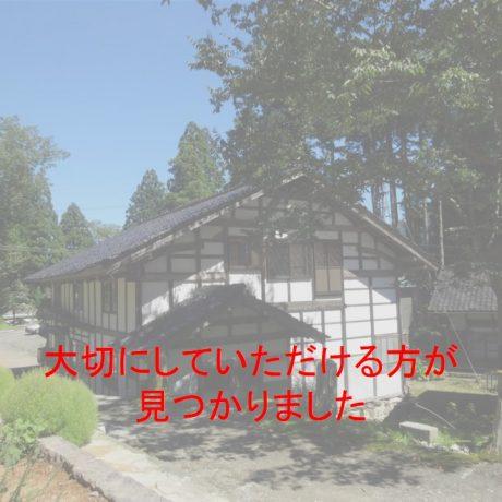 山間のケヤキの枠の内と帯戸がある古民家