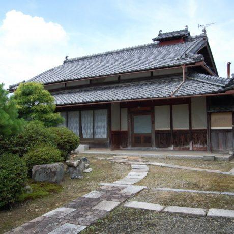 京都亀岡市保津川の上流、 広い庭園が広がる古民家