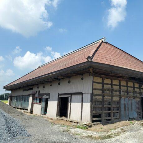 稲荷に建つ農家造りの古民家